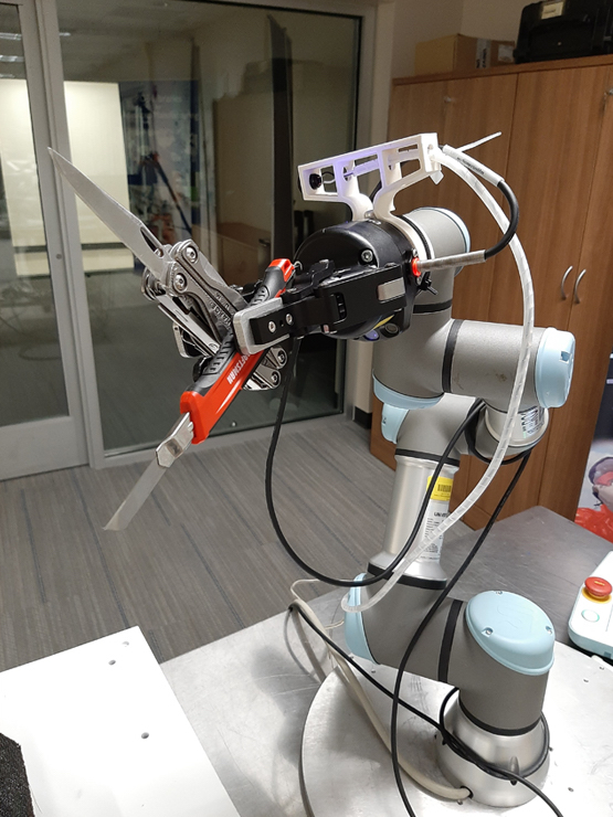 Cobot with knives